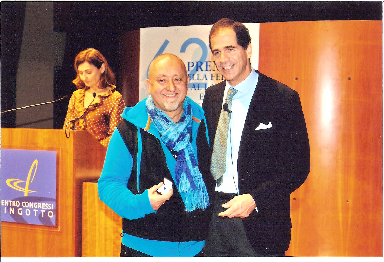 Renzo Sicco riceve un prestigioso riconoscimento dalle mani di Vincenzo Ilotte, Presidente della Camera di Commercio di Torino. Si tratta del PREMIO FEDELTA' AL LAVORO E PER IL PROGRESSO ECONOMICO per aver lavorato oltre 35 anni in Assemblea Teatro, la compagnia teatrale di cui è Direttore Artistico