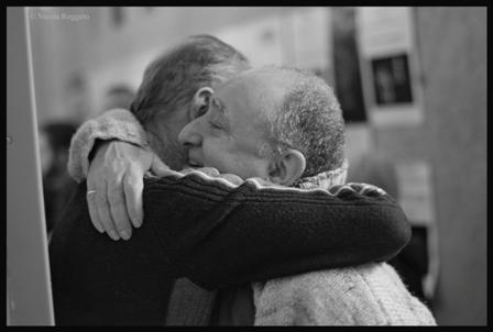 27 gennaio giornata della Memoria con una lettura collettiva de Il Torto del Soldato. E' il giorno dell'inizio del discutibile processo a Erri De Luca che terminera' con una assoluzione piena cosi' la serata e' anche in difesa del diritto di parola e di opinione.Il nostro pubblico abbraccia con calore lo scrittore.