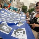 Télam Buenos Aires 10/12/2008 Los organismos de  derechos humanos realizarán hoy una nueva edición de la Marcha de  la Resistencia, al conmemorarse 28 años de la primera vez en que  un grupo reducido de madres caminó durante 24 horas alrededor de  la Pirámide de Mayo pidiendo por sus hijos secuestrados por la  dictadura militar.  Foto: Paula Ribas/Télam/cl