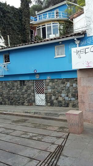Esterno de LA CHASCONA. In alto, ben visibile, la sala in cui si tenne la veglia funebre di Pablo Neruda