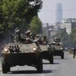 Mezzi militari blindati a Santiago, il 20 ottobre (AP Photo/Luis Hidalgo)